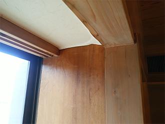 出窓に雨染みと壁紙の剥がれ