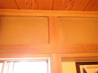 天井から柱につたわる雨染み