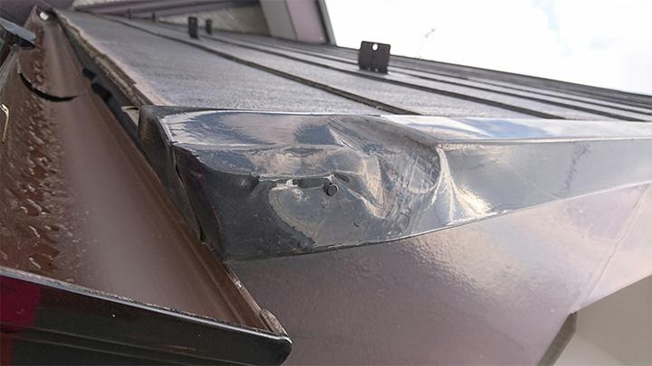 飛来物によって凹んだケラバの水切り板金