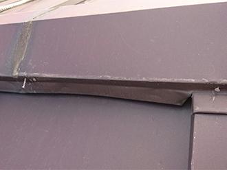 歪んだ棟板金と浮いた釘