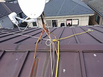 屋根の上の錆びたアンテナ