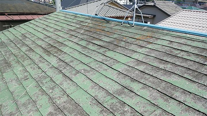 いたるところでカビや苔のみえるスレート屋根
