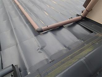 飛来物で凹んだ瓦調のガルバリウム鋼板屋根