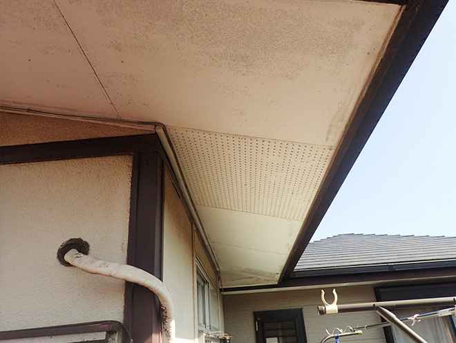 軒下にも湿気の形跡が見えます