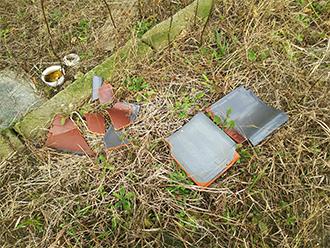 庭先に落ちた防災瓦