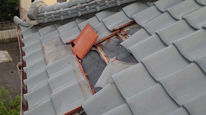 瓦が割れ、ずれた屋根