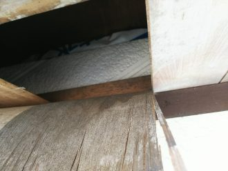 軒天材が剥がれ屋根裏が見える