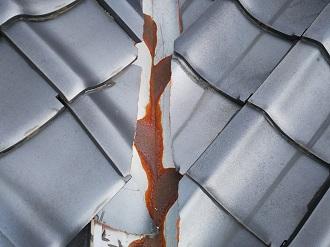 港区白金台で瓦屋根の和風住宅を調査、谷板金劣化と瓦の破損が見られます
