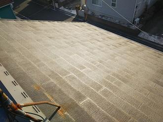屋根の頂上に設置されたアンテナ