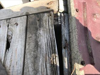 棟と瓦が外れ下の野地板が腐食