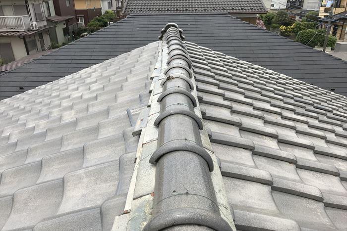 瓦屋根の棟が波打っている