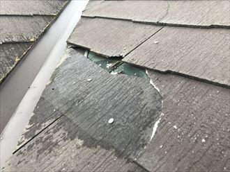 剥がれたスレート屋根の下の防水紙が見える状態