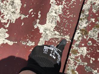 屋根材のひび割れ。その周囲の剥離も発生