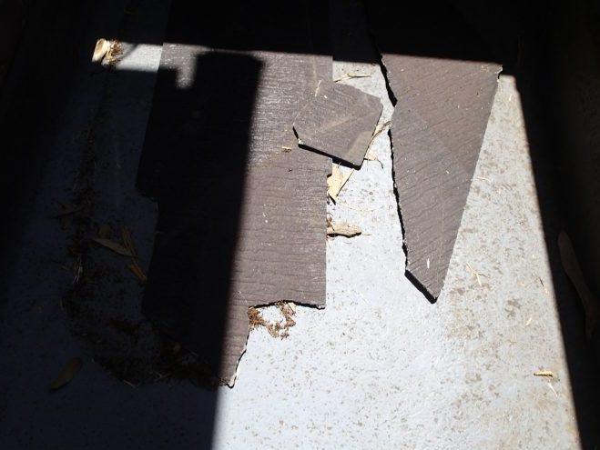 屋根スレートの破片