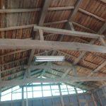 屋根が傷んだ倉庫