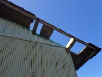 屋根材や下地が無くなっている