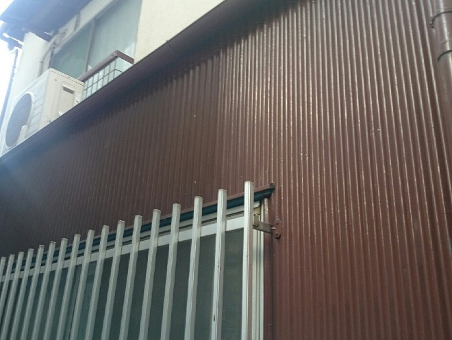 茶色で塗られたトタン外壁