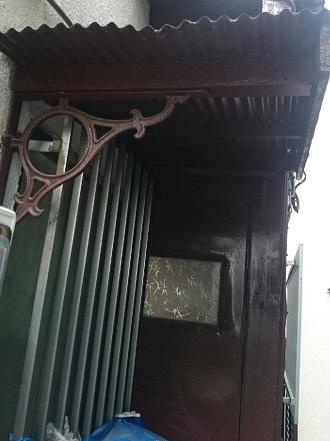 茶色で塗装された木製扉