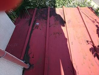 軒先が腐食している下屋のトタン葺き屋根