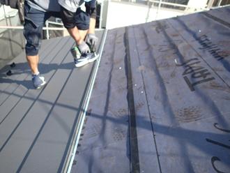 スーパーガルテクトで屋根を葺いていく