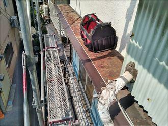 文京区千駄木で傷んだ霧除け屋根をガルバリウム鋼板でカバー工事しました