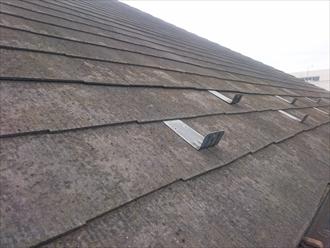 表面が汚れているスレート葺き屋根