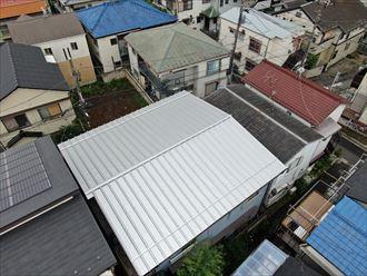 上空からドローンで瓦棒カバー屋根撮影