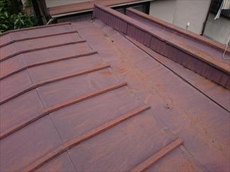 勾配が緩い屋根の場合谷部分から雨漏りしやすくなります