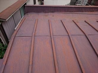トタンの瓦棒葺き屋根です