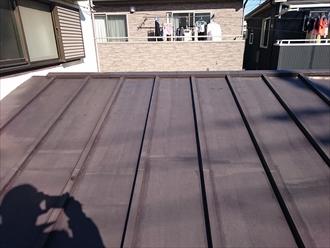 瓦棒葺き屋根にはトタンが使用されています
