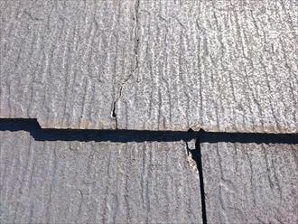 この様なヒビ割れが屋根全体に出ています