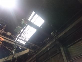 明り取りの横に穴が空いて光が差し込んでいます