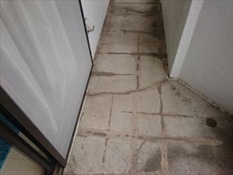 床のモルタルはヒビ割れだらけになっています