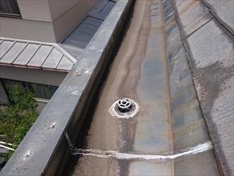 箱樋の板金は一枚の板金で作られていないので繋ぎがあります