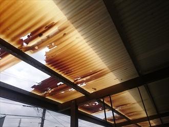 大粒の雹によって屋根に穴が空いています