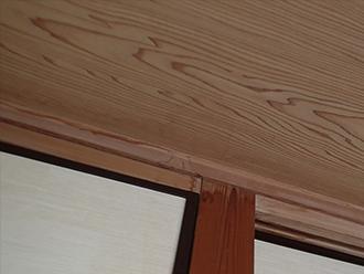 屋内には雨漏りの痕跡が