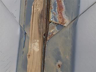 貫板の下の錆びた屋根材