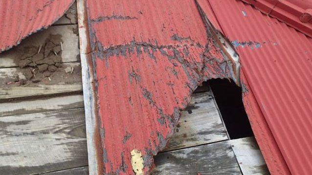 屋根に大きな穴
