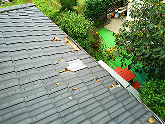 破損した粘土瓦の屋根