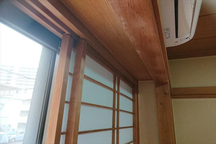 和室の障子枠木の上部から雨漏り