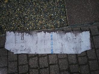 玄関ポーチに落ちてきたスレート屋根材