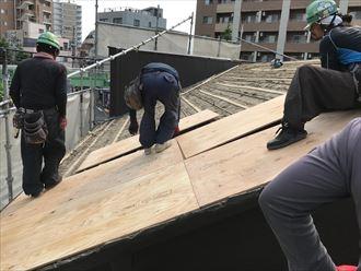 杉皮の上野地板を設置します