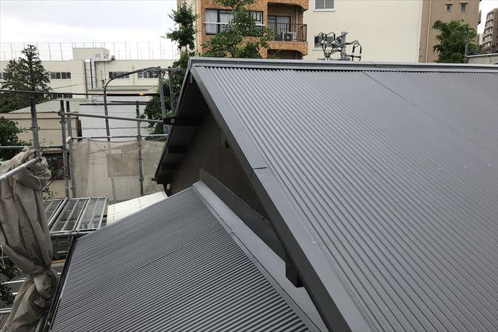 文京区本駒込でガルバリウム鋼板波板での葺き替え工事を行いました