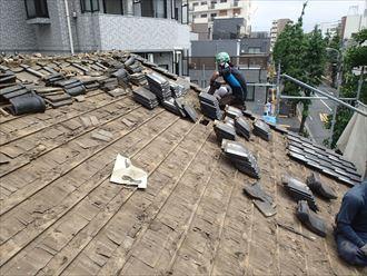 日本瓦の撤去作業。下は杉皮の防水です