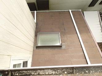 スレート屋根に設置された天窓