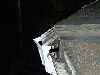 割れた集水器とキャップの外れた軒樋