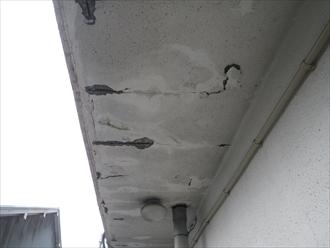 雨漏りによって鉄筋がさびて膨張するとコンクリートが剥がれます