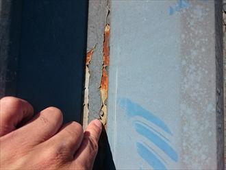 以前の塗装が剥がれています