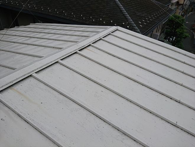 塗装してあるトタンの瓦棒葺き屋根