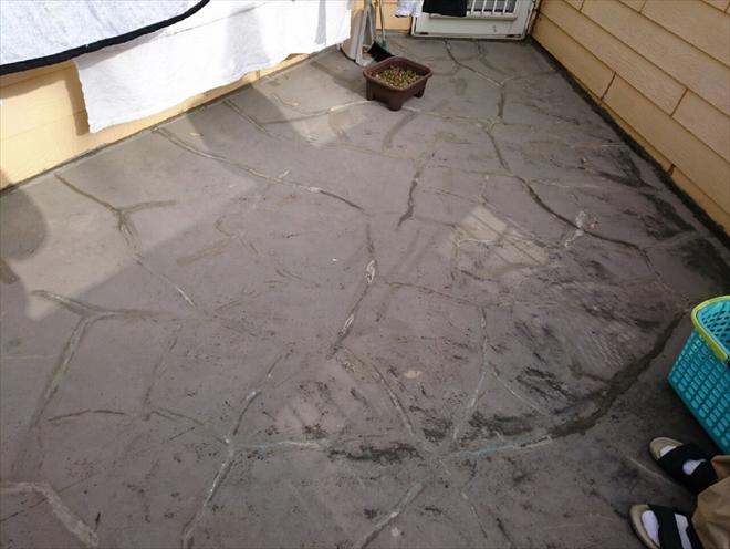 床のヒビ割れと立上りの低さが問題です